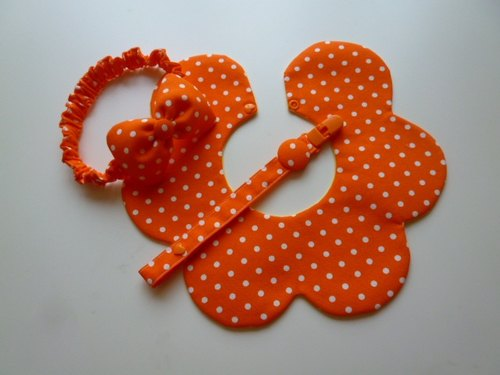 Orange end of white births little gift three groups (bibs + headband + pacifier clip)