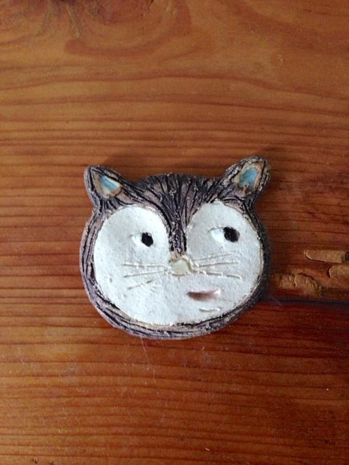 Resale [pottery] cat raccoon dog brooch