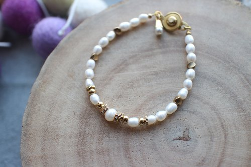 Fuchia ~ December snow ~ freshwater pearl / brass / diamond bracelet