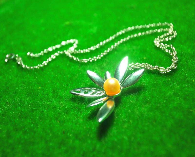Small flowers handmade sterling silver pearl necklace