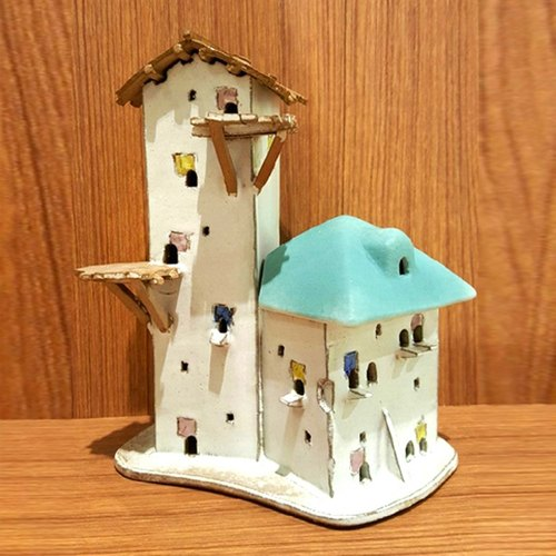 White house on the 6th ceramic lamp