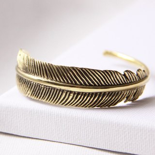 Elegant feather bracelet