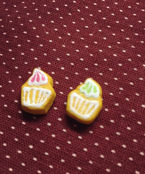 New listing ~~ ~~ mini cupcakes icing biscuit earrings set (a set of 2) (which can change the ear clip-on) ((over 600 were sent mysterious little gift))