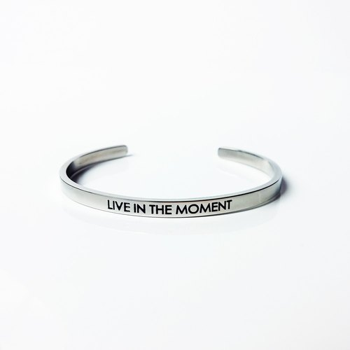 Live in the moment 手環