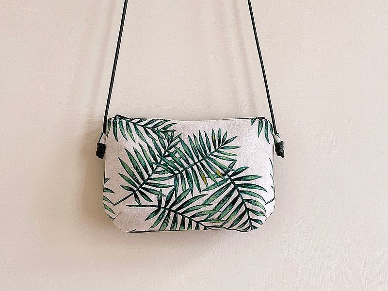Hand-stitched stitching two-color palm leaf small cross-body bag
