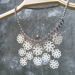 [Between town and country] Small flower fence/necklace. White