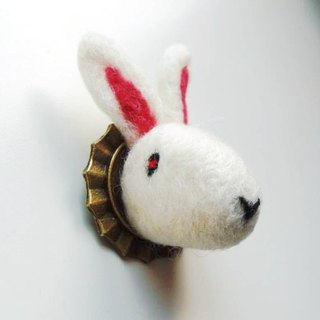 Mew in Wonderland ─ wool felt brooch buck quietly
