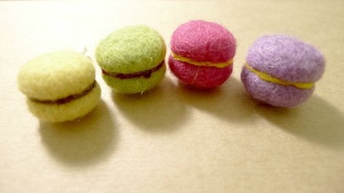 Zizi sweet macarons - dust plug (yellow, green, purple, pink)