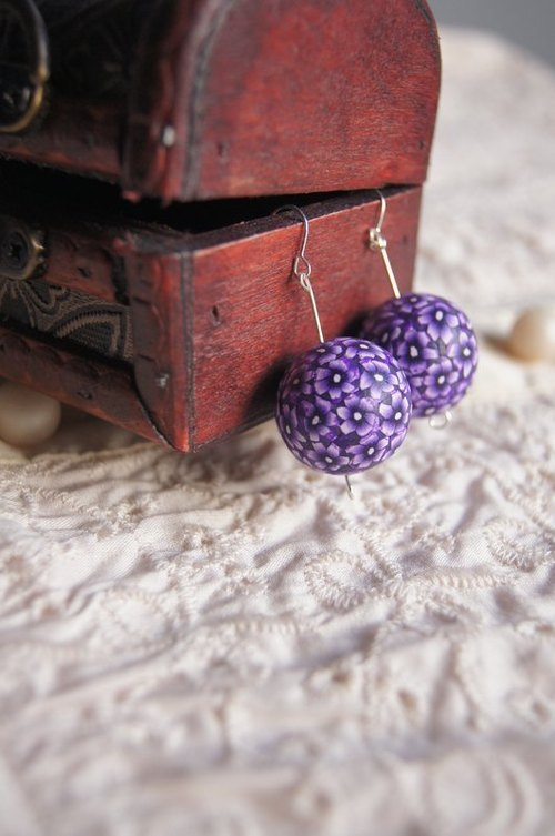 Blue and white purple flower group shook ball earrings (clip-on / pin)
