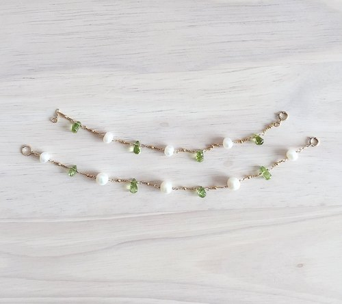 {Family} mother and freshwater pearl bracelet with peridot Note // 14K gold