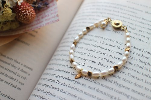 Fuchia ~ little woman ~ freshwater pearl / brass bracelet