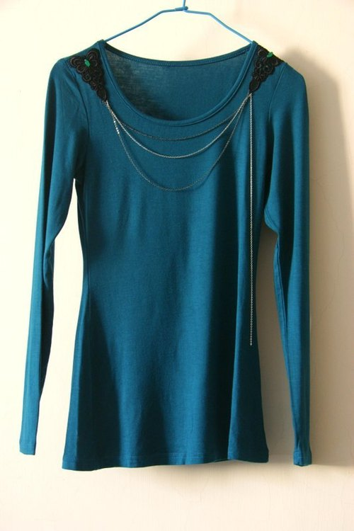 Blue-green long-sleeved knit shirt