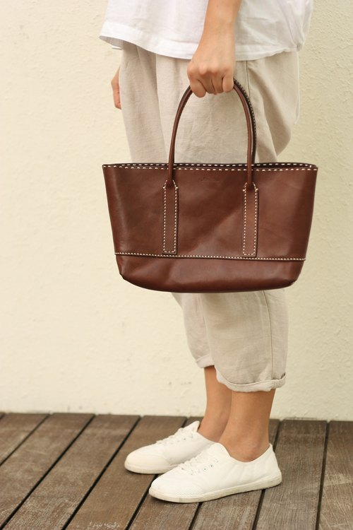 Minimaliste hand-stitched leather handbag