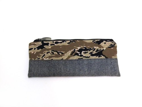 RED CAPACITY-SURVIVOR- Hand-made leather, denim camouflage holding a packet / Pencil