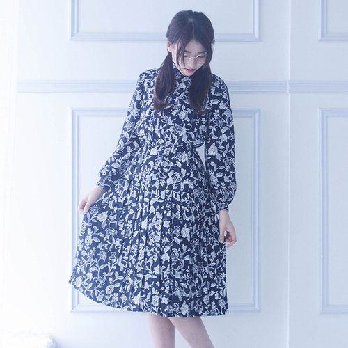 │ vintage blue and white symmetrical pattern pleated dresses