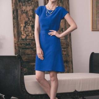 Kan's Jia Guilin with sleek sleeves and a dress (Sapphire Blue)