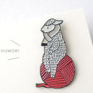 [SH12] sheep of the pin badge over black / white scarf / red ball of yarn