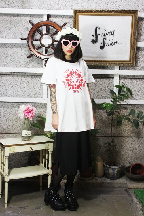 Fairy Farm Factory [FFF] design White waves beige short-wave series of hand-printed cotton T-shirt (smile snowflake pattern)
