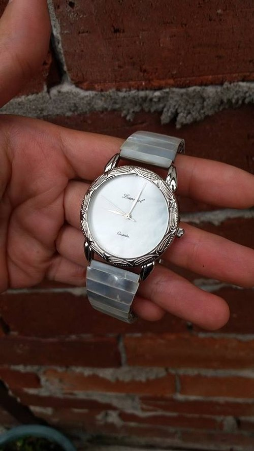 [Lost and find] antique rainbow natural mother of pearl watch