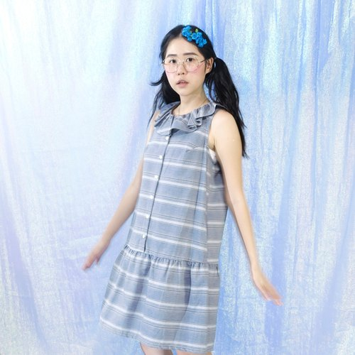 Gray hair leaf collar dress