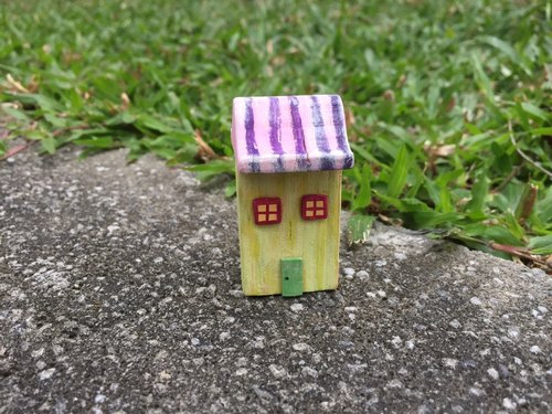 Small wooden house (swing jewelry)