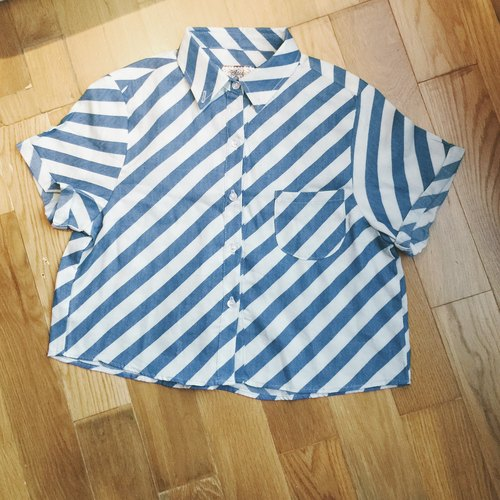 Fresh blue and white diagonal stripes tie short-sleeved shirt