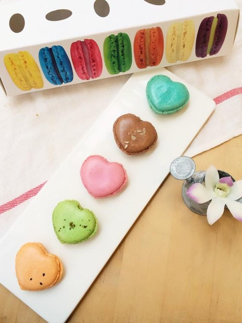 Liya Taiwan Limited Edition colored colorful macarons: pineapple sweet potato into 1 (wing election 2014 Taichung quality characteristics Souvenir), 1 tea into Taiwan, Taiwan 1 into taro, Taiwan Matcha green cover 1 into the milk, coffee latte 1pc