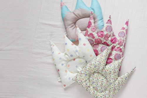 [Whypichi bad temper] crown fluttering Baby Pillow