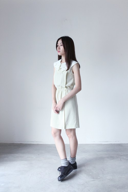 A ROOM MODEL - VINTAGE, CD-2123 removable bottom white beige sleeveless little black dress with retro Shimokitazawa