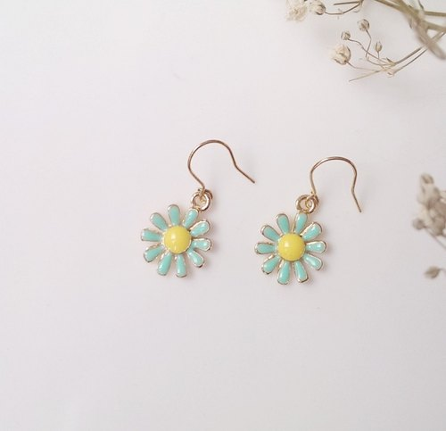 Hand retro golden earrings, Tiffany Green [flower]