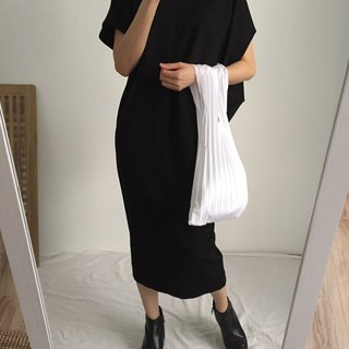 The proportion of black cotton kimono sleeve dress