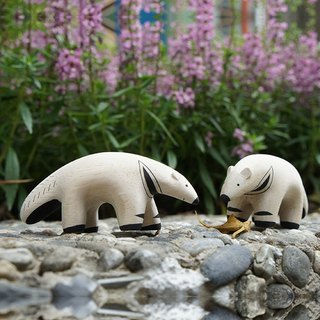 Paradise colors _ small things small animals: delight Anteater healing woodwork _ two _ a group
