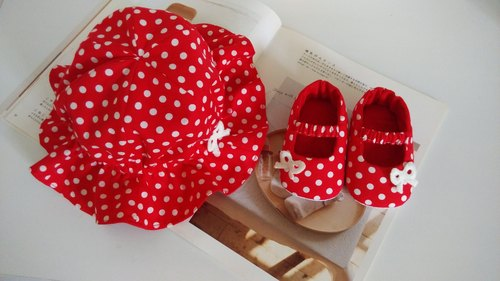 Little red dot gift on the red baby shoes + baby hat