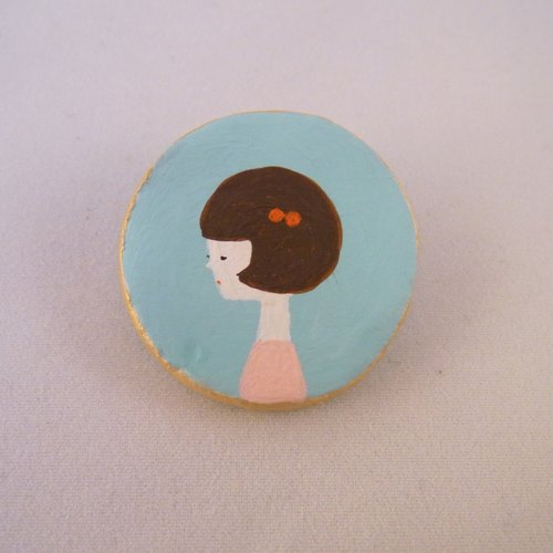 Girl brooch (bobbed)
