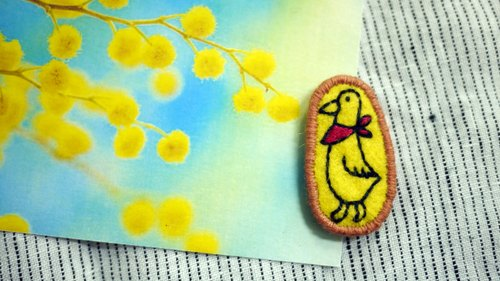 [Duck] embroidered red scarf / brooch pin