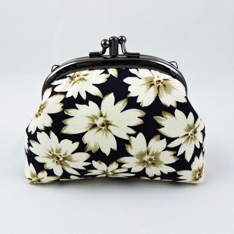 Small white flower two-layer mouth gold clutch bag