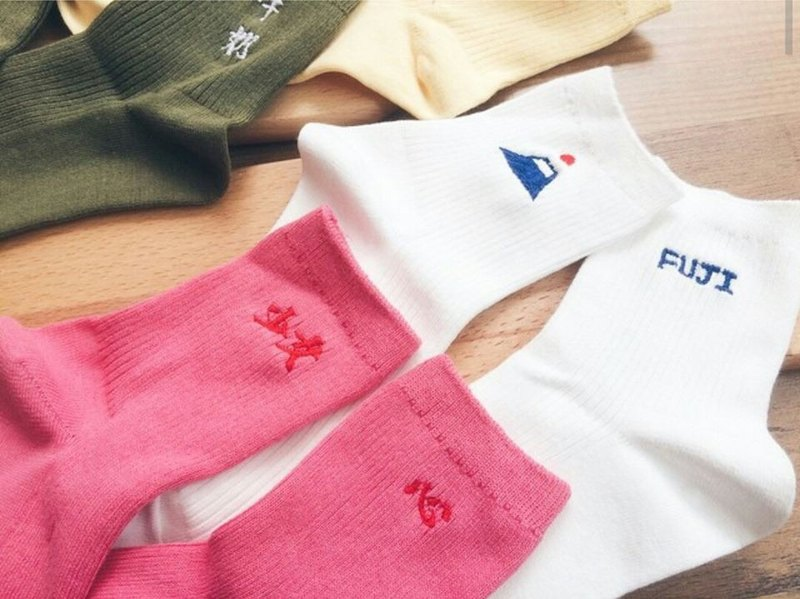 Hand-embroidered knit socks / Fuji / vitality / personality traits / sports log / daily life variety