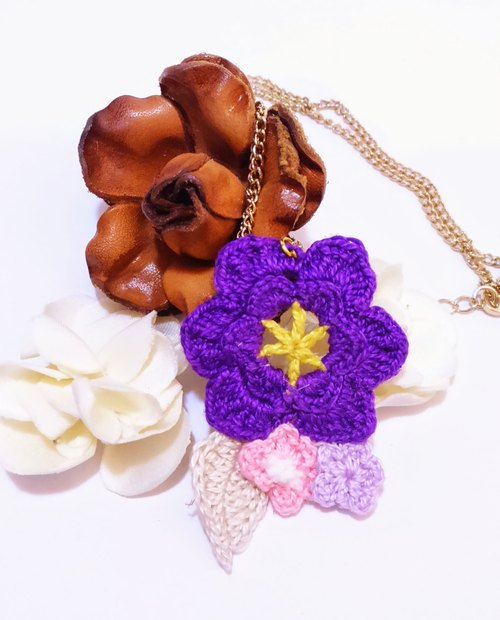 Not alone flower short necklace