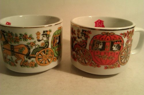2 Vintage Coffee Mugs with Carriage Printing 2個早期南瓜馬車圖案咖啡杯