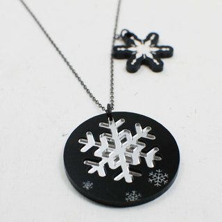 Minimalist silver snowflake / short necklace