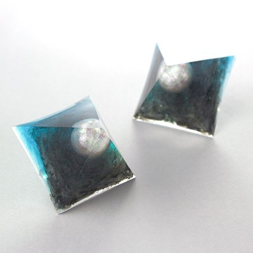 Pyramid earrings (supernatant)