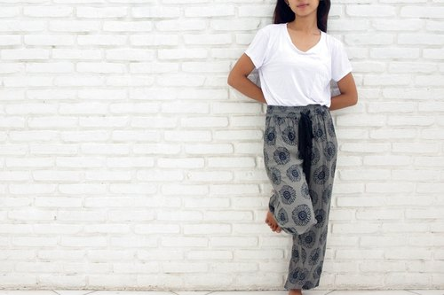 Sunflower print relax pants <gray>