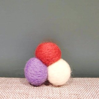 Mew in Wonderland ─Trois Balles three balls of wool felt brooch - white X Violet X Claret
