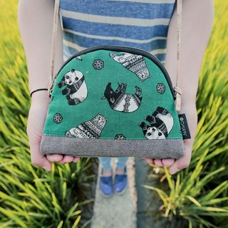 Mama Handcraft // Zippered Patchwork Travel Pouch, Cosmetic Bag - Over the Hedge