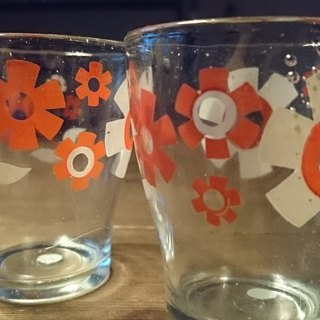 2 Vintage 8 cm glasses with white / red floral pattern early cute white and red flower pattern glass