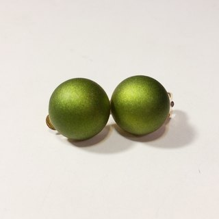 Peas matte olive green earrings (needle / cramping)