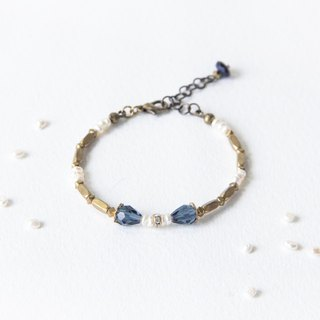 Retro nostalgia / Classical Blue Crown - glass beads pearl bracelet brass