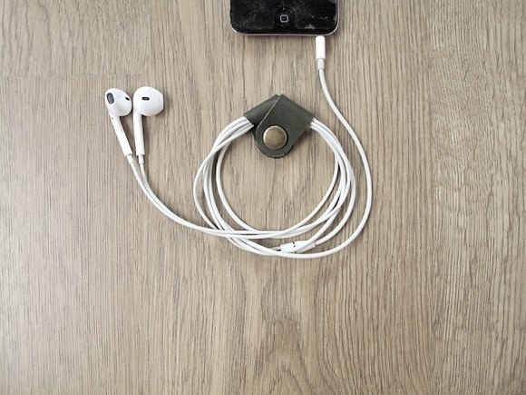 iPhone earphone cable storage xEarPhone full handmade leather buckle to take a sound and enjoy music (dark green)