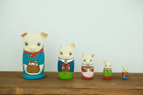 Russian doll into five groups (five piglets) tables decorated with ornaments