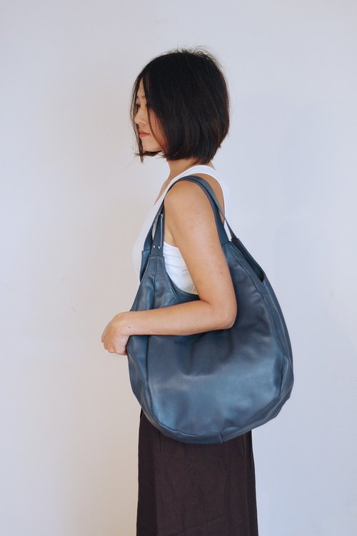 Dimensional cut leather shoulder bag - blue L